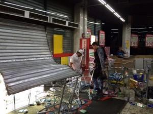 Supermercado é atacado em confronto durante reintegração de posse do terreno da Oi, no Rio (Foto: Guilherme Brito/G1)