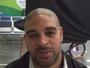 Adriano embarca de volta para os EUA e convoca fãs para jogo contra R10