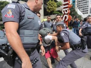 Jovem é detido por policiais enquanto estudantes de escolas estaduais protestam na Avenida Paulista, na região central de São Paulo. Os alunos fizeram uma manifestação contra a reforma na rede paulista de ensino proposta pelo governo (Foto: Leonardo Benassatto/Futura Press/Estadão Conteúdo)