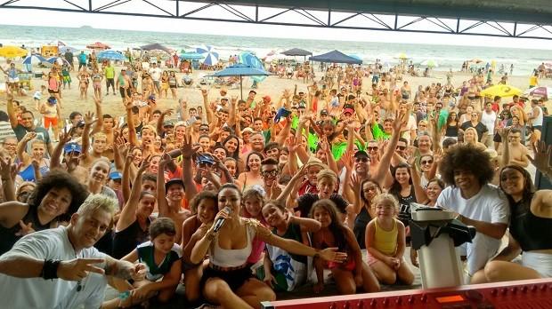 Fernanda Liz foi a responsável por fazer o público cantar (Foto: Divulgação/RPC)