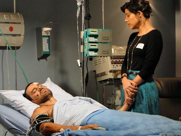 Fernando sente a presença de Miriam e se acalma (Foto: Amor Eterno Amor/TV Globo)