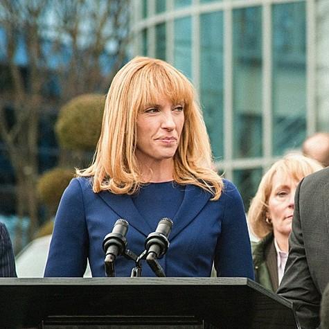 """Toni Collette em """"Hostages"""" (Foto: Reprodução)"""