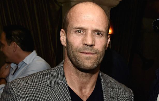 As filmagens de 'Os Mercenários 3' foram um perigo para Jason Statham. O ator dirigiu um caminhão nas gravações e os freios do veículo pararam, arremessando Jason para o fundo do mar. Ele conseguiu nadar até a superfície e se salvar. (Foto: Getty Images)