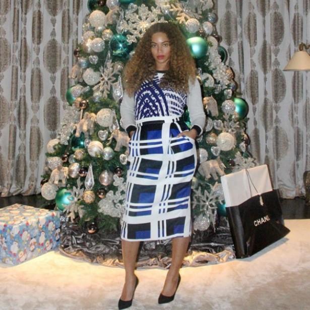 Lacrando: o Natal de Beyoncé tem sacola da Chanel aos pés da árvore decorada.  (Foto: Instagram)