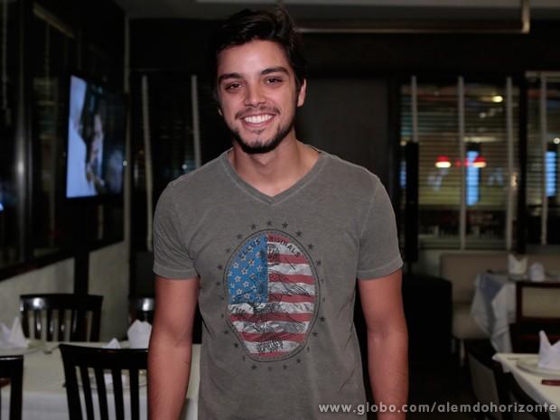 Rodrigo Simas vive o aventureiro Marlon (Foto: Felipe Monteiro / TV Globo)