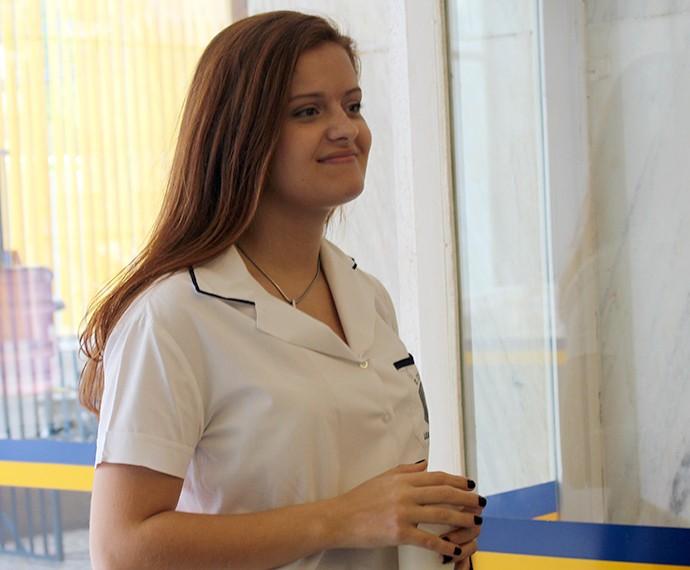 Amiga de Alina derrama suco em Luciana (Foto: Bruno Cavalieri/Gshow)