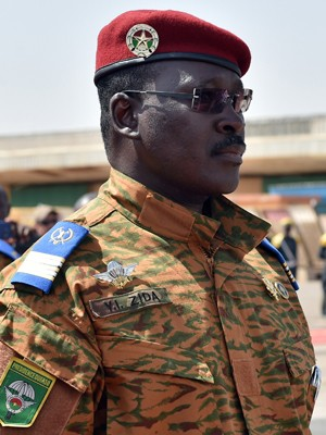 O tenente-coronel Isaac Zida, atual mandatário de Burkina Faso (Foto: AFP Photo/Issouf Sanogo)