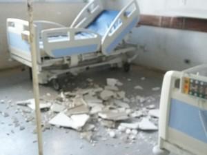 Parte do teto da enfermaria do Hospital das Clínicas foi ao chão (Foto: Reprodução/Whatsapp)