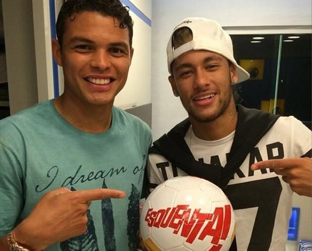 Thiago Silva e Neymar com a bola do Esquenta! (Foto: Divulgação)