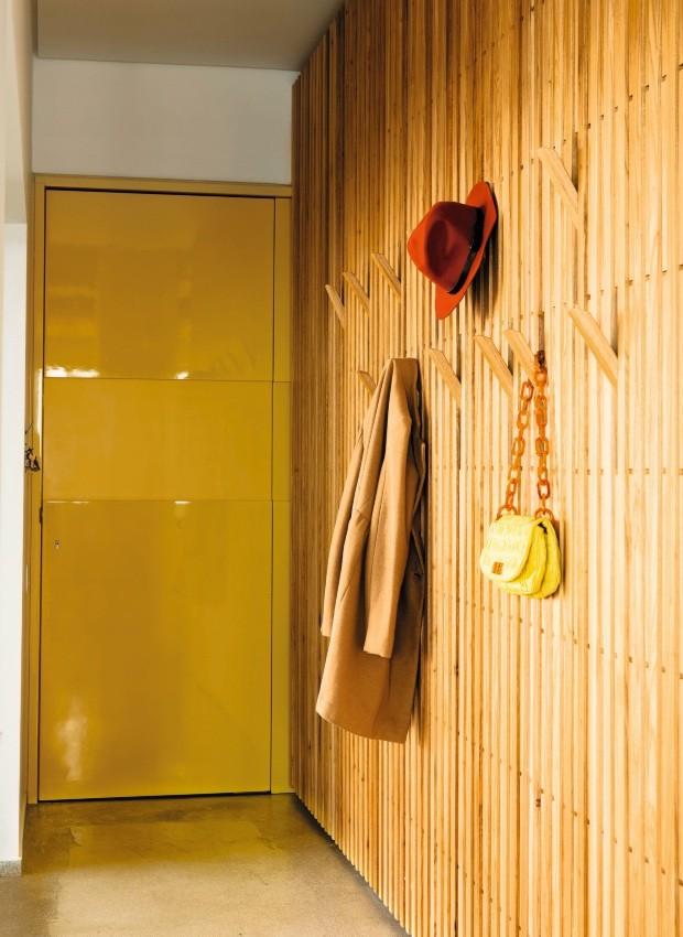 Painel ripado de 3,80 x 3 m com ganchos que podem ser levantados – para apoiar casacos, guarda-chuvas, bolsas e chapéus (Foto: Edu Castello / Editora Globo)