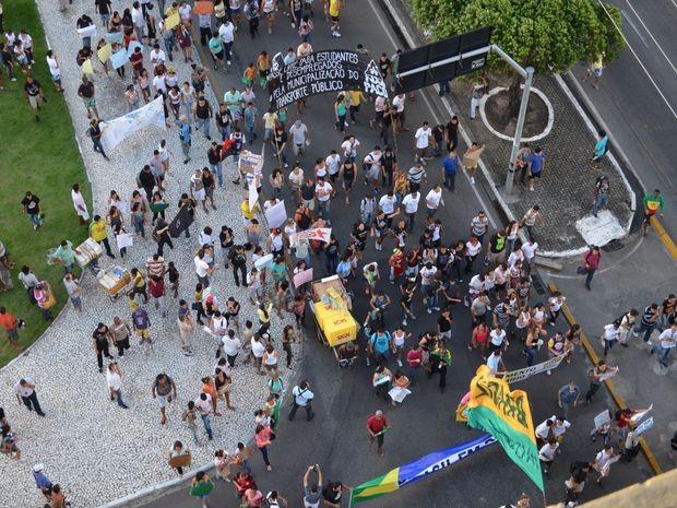 Milhares de pessoas foram às ruas de Aracaju com cartazes e reivindiações (Foto: Flávio Antunes/G1)