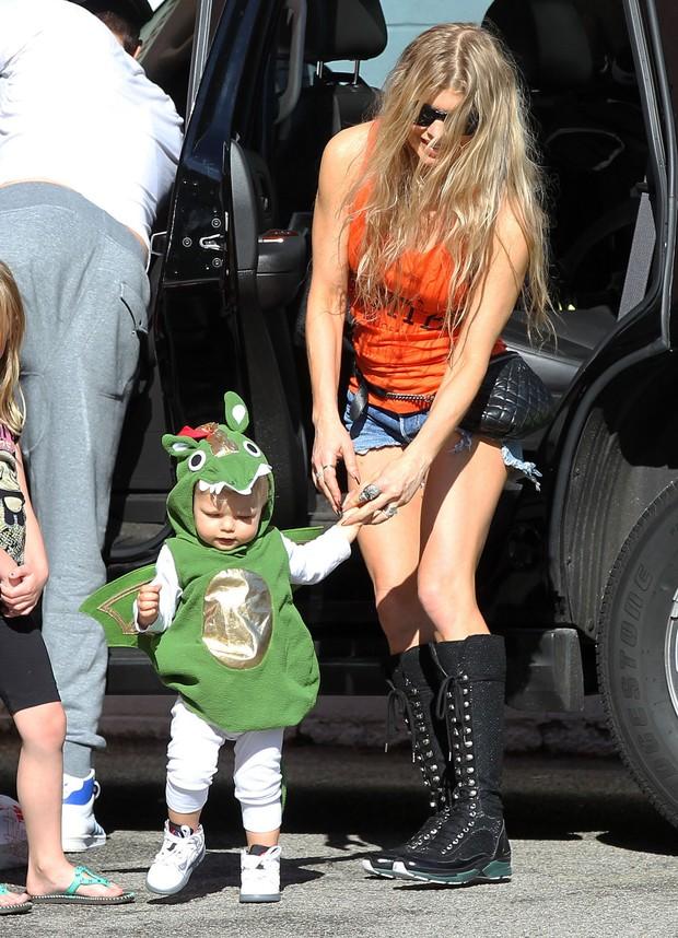 Fergie com o filho, Axl, em Los Angeles, nos Estados Unidos (Foto: Grosby Group/ Agência)