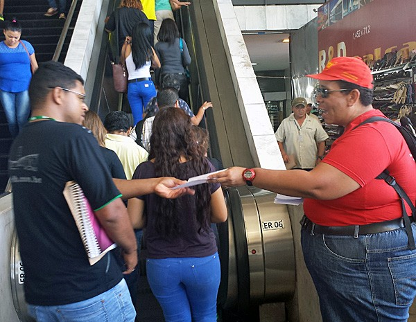 Professor do DF em greve distribui panfletos na rodoviária (Foto: Isabella Formiga/G1)