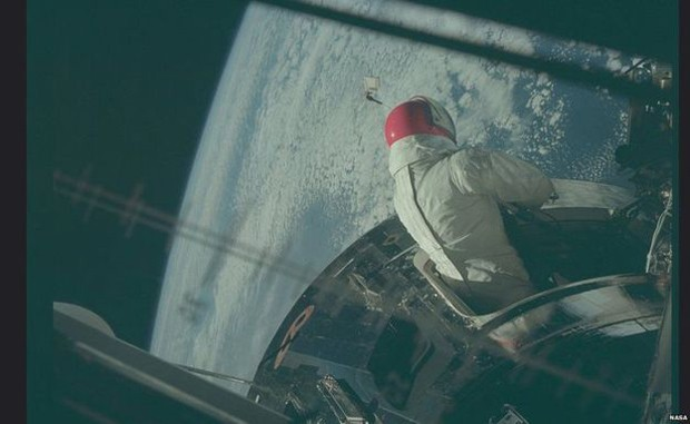 A equipe da missão Apollo 9 inicia uma caminhada espacial (Foto: Nasa/Project Apollo Archive)
