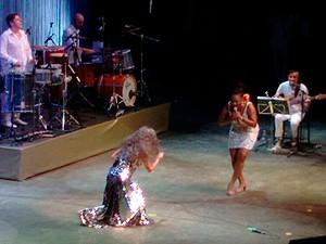 Baria Bethânia cantando com Margareth Menezes no show de reabertura da Concha Acústica, em Salvador (Foto: Maiana Belo/ G1 BA)