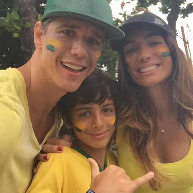 Marcio Garcia ao lado da mulher, Andréa Santa Rosa, e do filho, nas ruas de Copacabana (Foto: Reprodução Instagram)