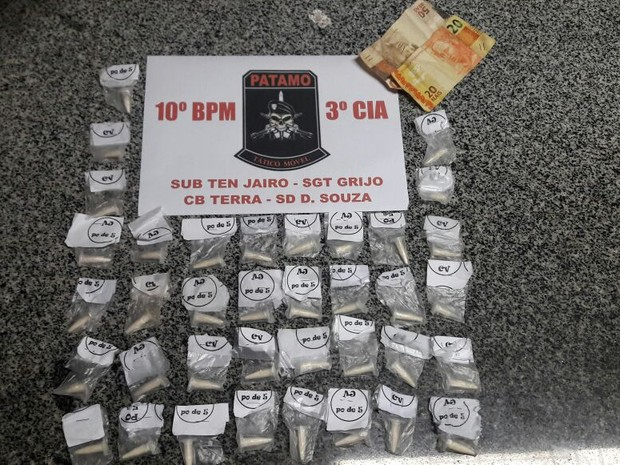 37 cápsulas de cocaína foram apreendidas com o suspeito em Valença (Foto: Polícia Militar/Divulgação)