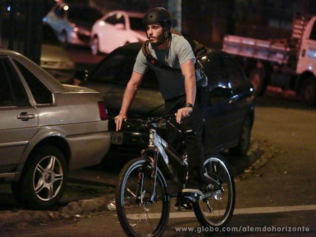 William nem percebe que Lili está na sua cola (Foto: Felipe Monteiro/TV Globo)