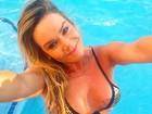 Luize Altenhofen posa de biquíni em festa em piscina nos EUA