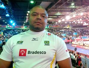 Carlos Honorato na torcida por Suelen Altheman no judô (Foto: Ana Hissa / Globoesporte.com)