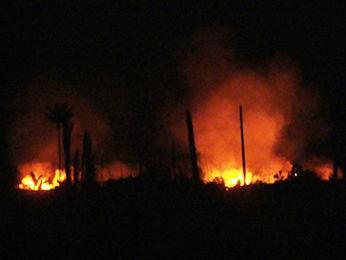 Grupo de trabalhadores queimou departamentos e veículos do local. (Foto: Notícias do Norte)