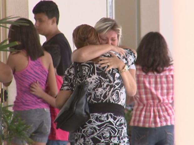 Familiares estavam bastante abalados no velório do professor  (Foto: Reprodução / TV TEM)