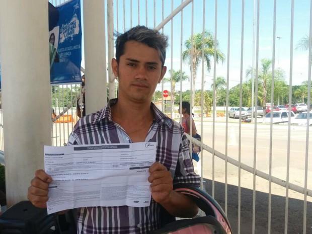 Rio Branco (AC) - Natanael Alvez Valentim, de 24 anos, diz que portões fecharam três minutos antes (Foto: Iryá Rodrigues/G1)