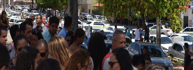 Dezenas de taxistas acompanharam o cortejo para o enterro (Foto: Marina Fontenele/G1)