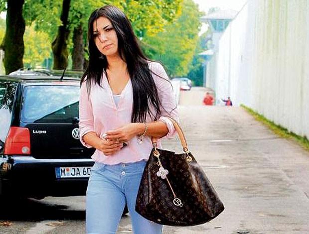 Renata esposa de Breno no presídio (Foto: Reprodução / Bild.de)