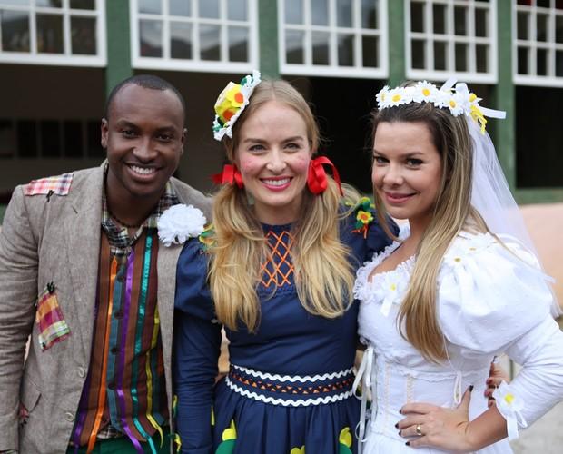 Thiaguinho e Fê Souza se vestem de noivos caipiras no Esquenta (Foto: Estrelas/TV Globo)