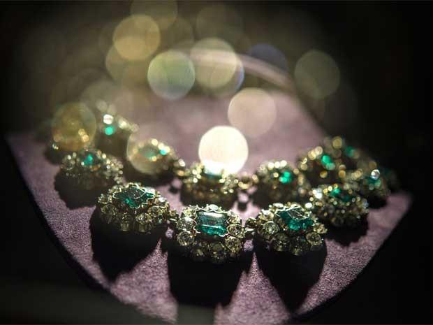 Colar de esmeraldas e diamantes, que deve alcançar entre US$ 1,2 milhão e US$ 1,8 milhão (Foto: AFP)