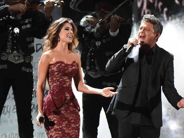 Paula Fernandes e Alejandro Sanz  em prêmio de música em Las Vegas, nos Estados Unidos (Foto: Mark Ralston/ AFP)