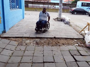 Em alguns pontos, Dilceu não consegue andar (Foto: Felipe Truda/G1)