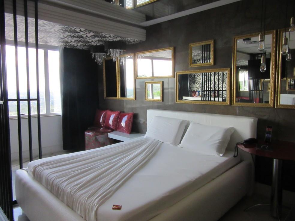 Detalhe do quarto inspirado na Lava Jato, em motel do Distrito Federal (Foto: Letícia Carvalho/G1)