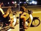 Motociclista é alvo de críticas ao deixar cão pilotar scooter no Vietnã