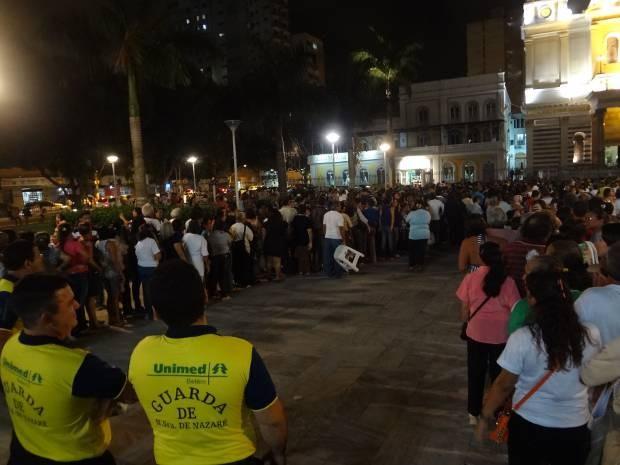 Fiéis formaram longas filas para aguardar a entrega dos cartazes (Foto: Ingrid Bico/G1)