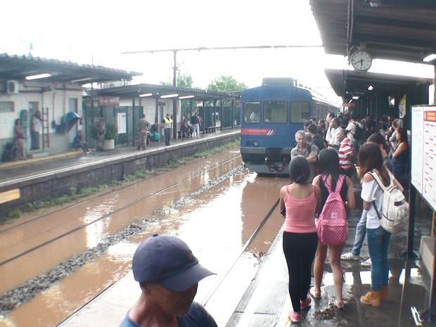 Passageiros precisaram esperar circulação de trens em Brás Cubas (Foto: Marcos Perrin/VC no G1)