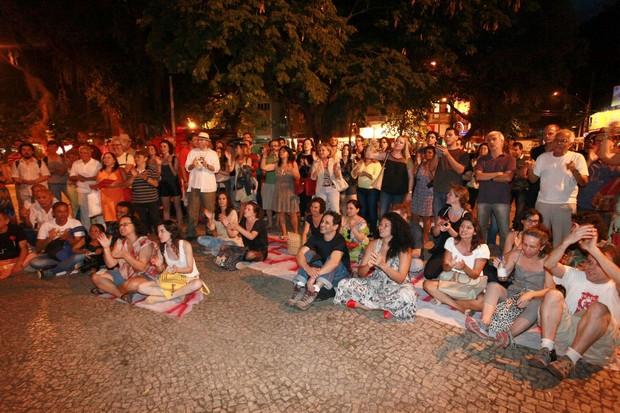 Artistas protestam contra o fechamento da Casa da Gávea (Foto: Isac Luz / Ego)