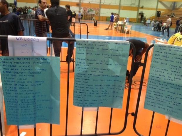 Lista de mortos velados em ginásio de Santa Maria (RS) (Foto: Iara Lemos/G1)
