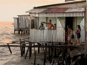 Admilson Oliveira em casa às margens do Rio Amazonas, em Macapá (Foto: Reprodução/TV Amapá)