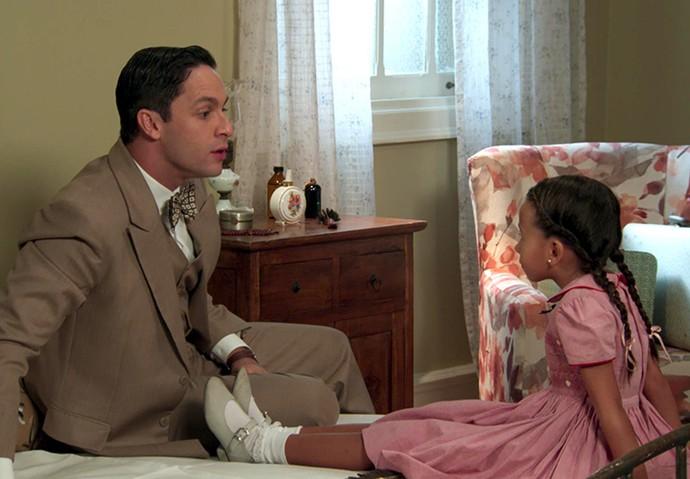 Alice quer saber se Celso é namorado de Maria (Foto: TV Globo)