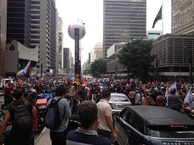 Avenida foi totalmente bloqueada na altura do Conjunto Nacional (Foto: Tatiana Santiago/G1)