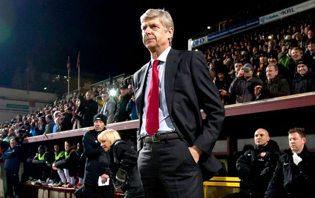 Arsene Wenger na partida do Arsenal contra o Bradford (Foto: AP)