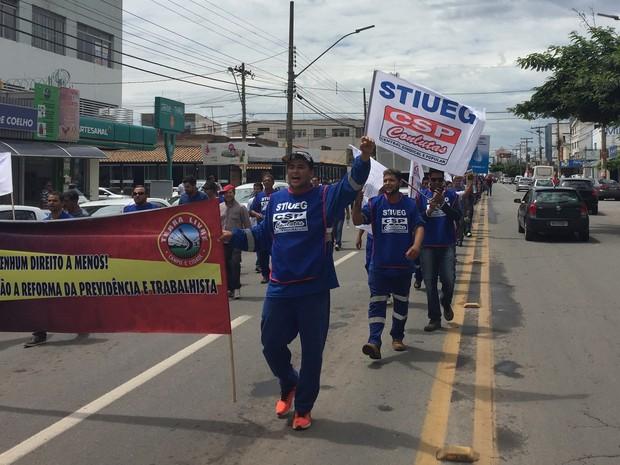 Goiânia: trabalhadores ligados ao Stiueg protestam na porta da Celg e seguiram para a Praça Cívica (Foto: Danielle Oliveira/G1)