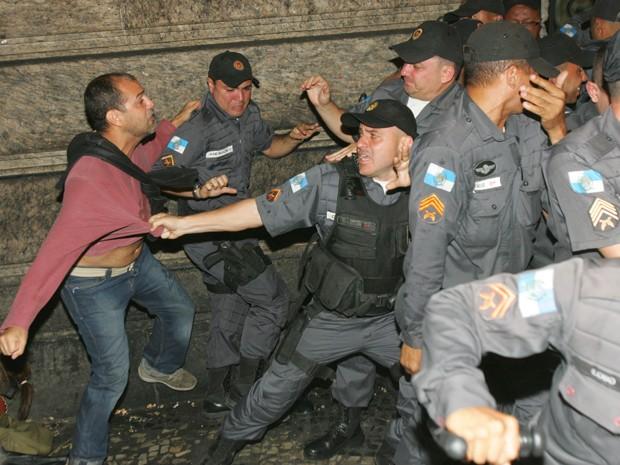 A Polícia Militar arrombou uma porta lateral da Câmara Municipal do Rio de Janeiro na noite deste sábado (28) para retirar os professores que ocupam o local desde quinta-feira. Por volta das 23h, os policiais estavam dentro da Câmara e havia confusão com os manifestantes. Houve uso de spray de pimenta pelos policiais. (Foto: Paulo Araújo/Agência O Dia/Estadão Conteúdo)
