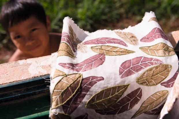 Criança observa as folhas estampadas e bordadas à mão (Foto: Iberê Perissé / Editora Globo)