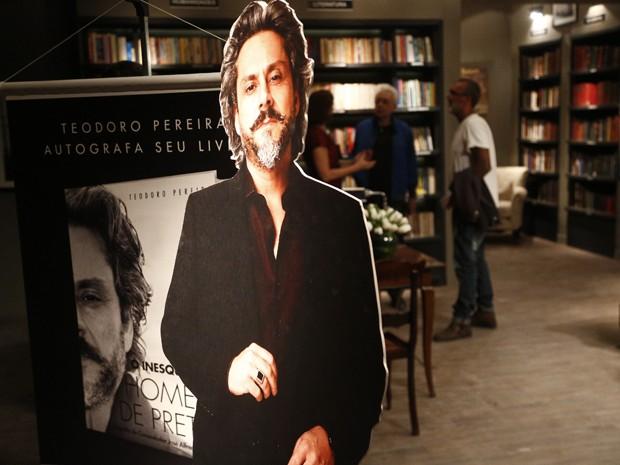 Livro com a biografia de Zé é lançado na trama (Foto: Raphael Dias/Gshow)