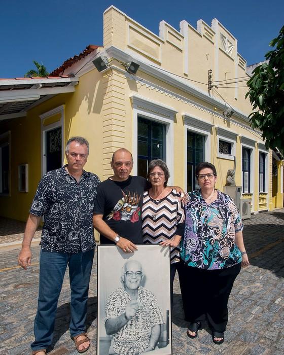 Wolney,Xuxu,Laisete e Percília a família de  do Cineasta Eusélio Oliveira diante da Casa Amarela da Universidade Federal do Ceará  (Foto:  Jarbas Oliveira/ÉPOCA)