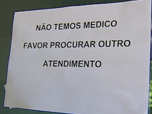 Placa na porta do Pronto-Socorro já havia que faltam médicos no PS.  (Foto: Reprodução/TV Tem)