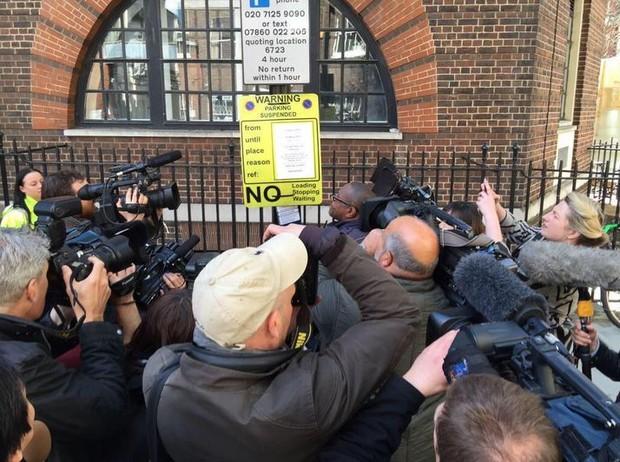 Paul Harrison posta foto da imprensa registrando nova informação  (Foto: Twitter/Reprodução)
